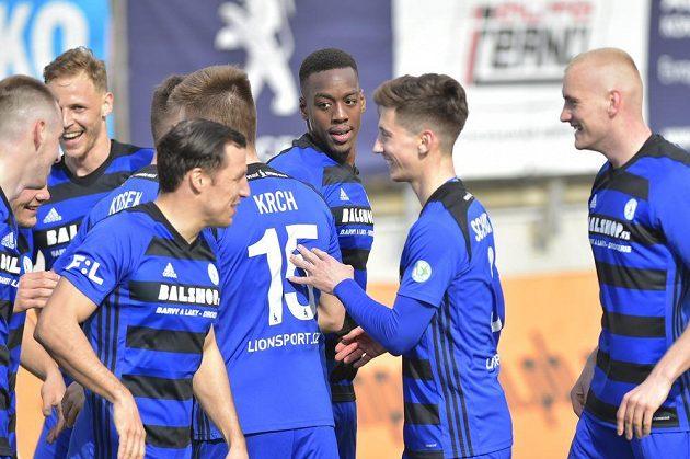 Hráči Bohemians se radují z gólu.