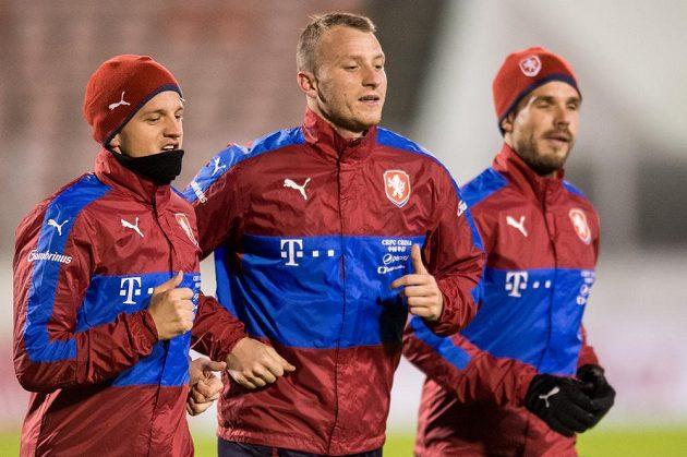Čeští fotbalisté Jan Kopic (zleva), Michael Krmenčík a Filip Novák během tréninku fotbalové reprezentace před zápasy s Norskem a Dánskem.