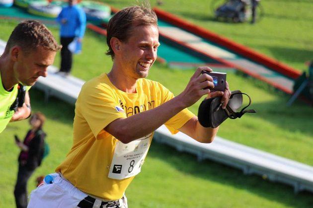 Z Tomáše se stává zuřivý reportér. Píše a fotí, kudy běží.