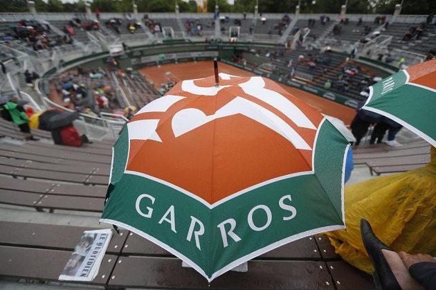 Diváci museli při sledování vytáhnout i deštníky.