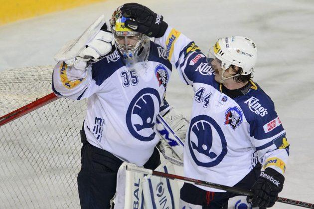 Plzeňský útočník Ryan Hollweg (vpravo) slaví s brankářem Matějem Machovským vítězství na Spartě.