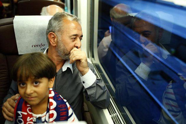 Syrský fotbalový trenér a zároveň uprchlík Úsama Abdul Mohsen se synem Zaídem.