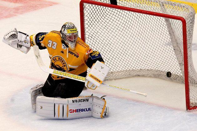 Gólman Litvínova Pavel Francouz vyráží střelu jednoho z třineckých hokejistů.