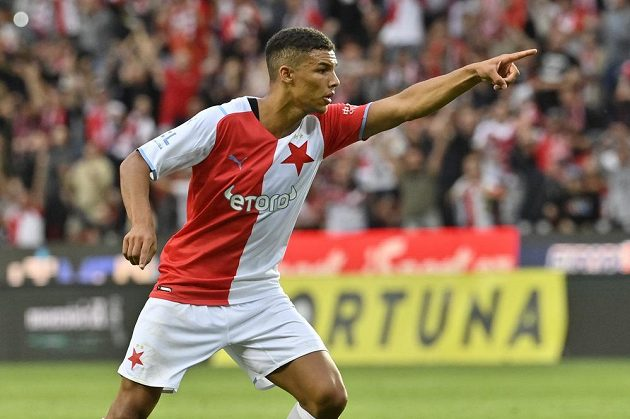 Alexander Bah ze Slavie se raduje z gólu.