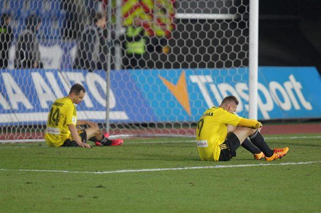 Karvinské zklamání v praxi. Jan Kalabiška a Jan Moravec po porážce s Baníkem Ostrava v utkání 15. kola HET ligy.