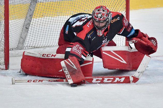 Brankář hokejového Hradce Králové Jaroslav Pavelka.