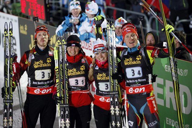 Biatlonisté zleva Jaroslav Soukup, Veronika Vítková, Gabriela Soukalová a Ondřej Moravec slaví fantastické třetí místo.