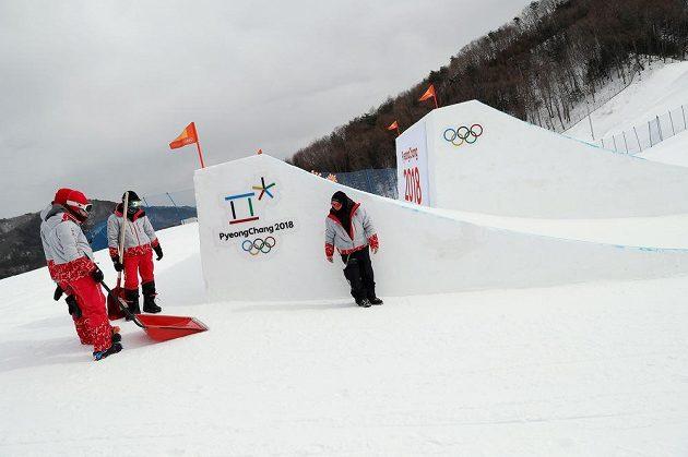 Nepojede se! Organizátoři nepustili kvůli silnému větru snowboardistky do nedělní kvalifikace slopestylu.