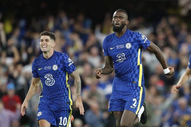 Antonio Rüdiger (vpravo) a Christian Pulisic se radují z triumfu Chelsea.