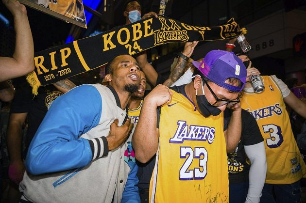 Fanoušci Los Angeles Lakers slaví triumf týmu v NBA, vzpomínají i na legendárního Kobeho Bryanta.