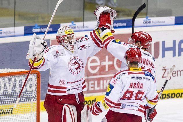 Třinečtí hokejisté oslavují výhru v Pardubicích. Zleva brankář Šimon Hrubec, útočník Erik Hrňa a obránce Marek Tročinský.
