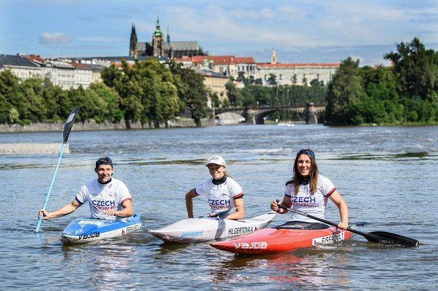 Čeští olympionici představili kolekci, zleva vodní slalomáři Jiří Prskavec, Amálie Hilgertová a Tereza Fišerová.