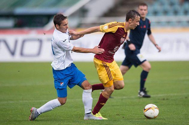 Daniel Holzer z Baníku (vlevo) se snaží zastavit záložníka Dukly Daniela Tetoura v utkání 6. kola Synot ligy.