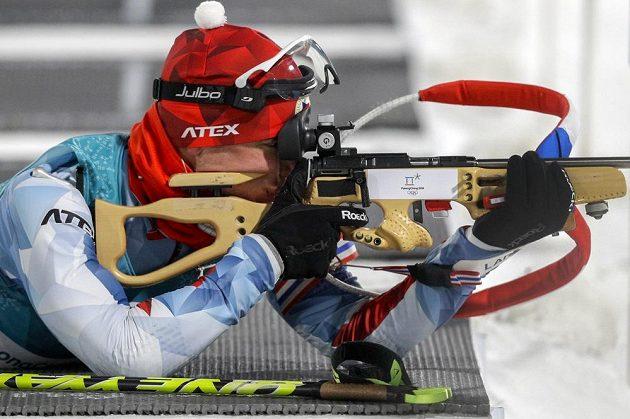 Michal Krčmář během střelby v olympijském stíhacím závodě.