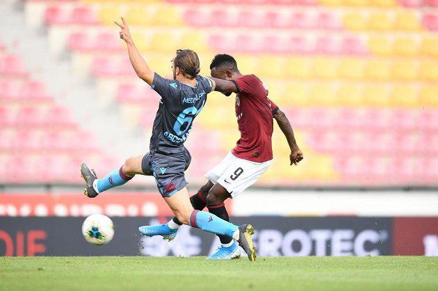 Sparťanský fotbalista Guélor Kanga střílí druhý gól Letenských v utkání 3. předkola Evropské ligy s tureckým Trabzonsporem.