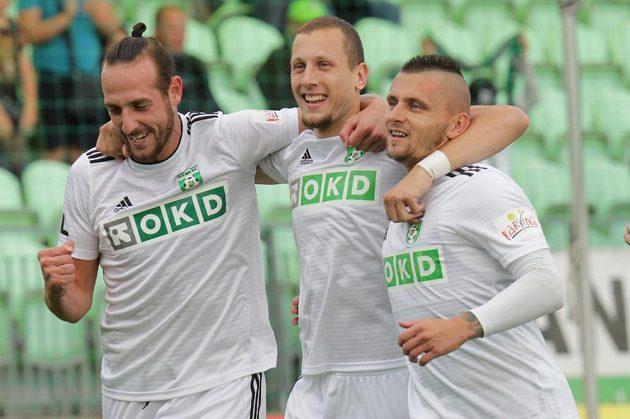 Hráči Karviné se radují z úvodního gólu (zleva) Steven Petkov, střelec branky Milan Rundič a Matúš Čonka.