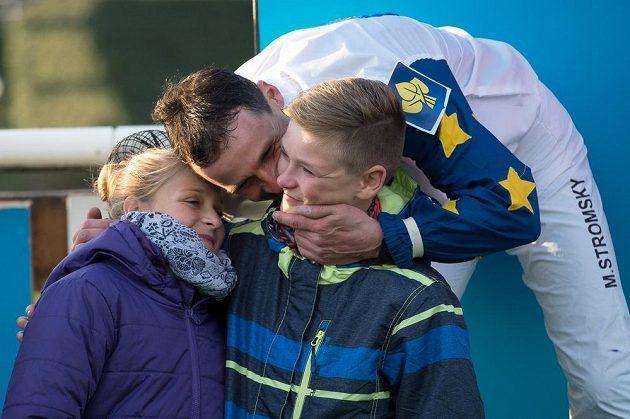 Marek Stromský se dělí o triumf ve Velké pardubické se svou rodinou.