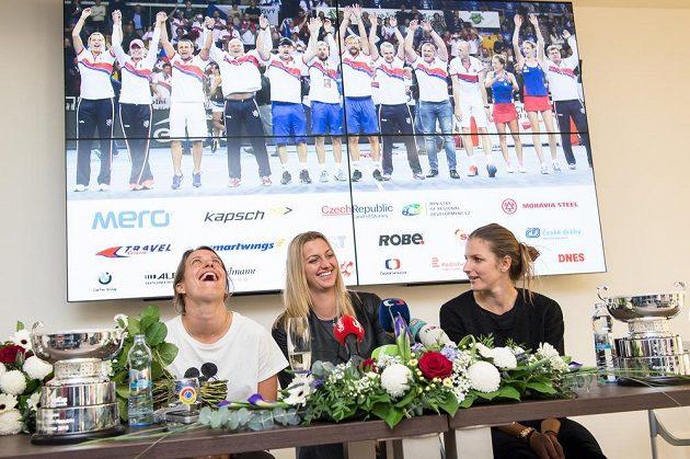 Vítězky Fed Cupu jsou doma! Zleva Barbora Strýcová, Petra Kvitová a Karolína Plíšková po návratu do Prahy.