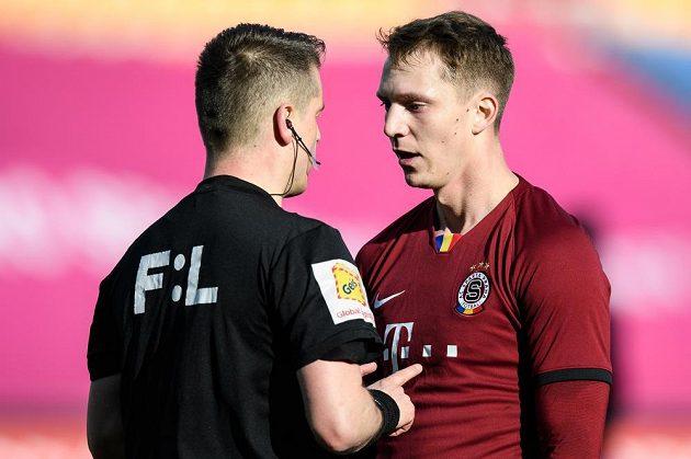 Rozhodčí Zbyněk Proske a Lukáš Juliš ze Sparty během utkání semifinále MOL Cupu.