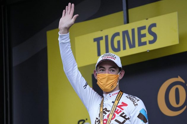 Vítěz deváté etapy Tour de France Ben O'Connor po závodě při ceremoniálu.