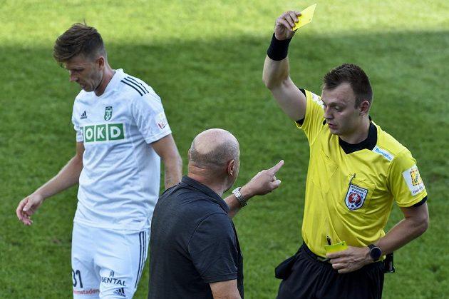 Trenér Hradce Králové Miroslav Koubek dostává žlutou kartu od hlavního rozhodčího Ondřeje Cieslara.