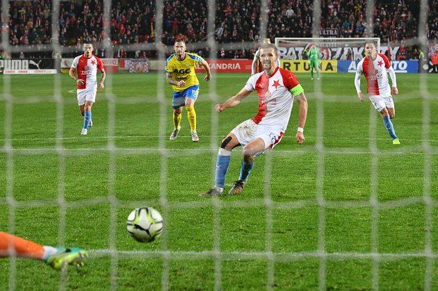 Slávista Tomáš Souček zahrává penaltu proti Teplicícm.