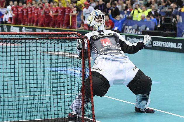Brankář Švédska Markus Jonsson se raduje z vychytaného nájezdu.