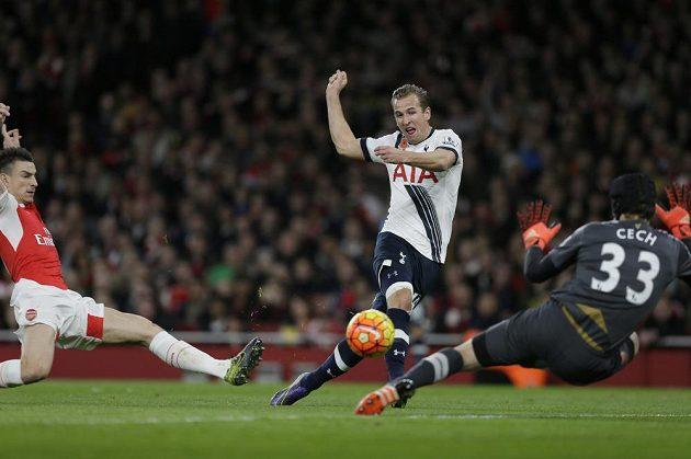 Harry Kane z Tottenhamu dává gól Petru Čechovi.