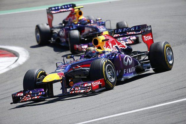 Vedoucí muž seriálu F1 Sebastian Vettel se dostal do vedení hned po startu.