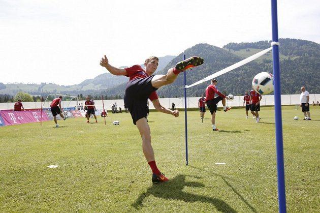 Bořekl Dočkal při nohejbalovém klání na tréninku české fotbalové reprezentace v Kranzachu.
