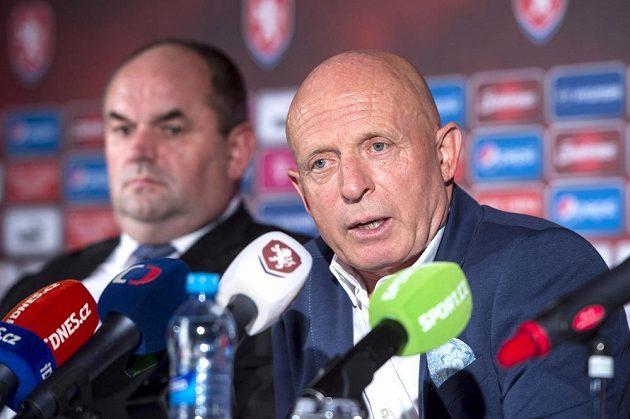 Nový trenér české fotbalové reprezentace Karel Jarolím a předseda Fotbalové asociace České republiky Miroslav Pelta (vlevo).