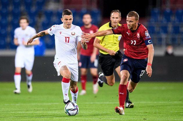 Vitali Lisakovič z Běloruska a Tomáš Souček během utkání kvalifikace MS 2022 v Ostravě.