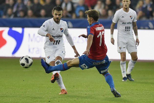 Milan Jirásek z Baníku Ostrava odehrává míč před plzeňským Patrikem Hrošovským.