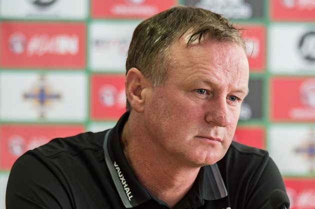 Trenér Severního Irska Michael O'Neill na tiskové konferenci v Praze.