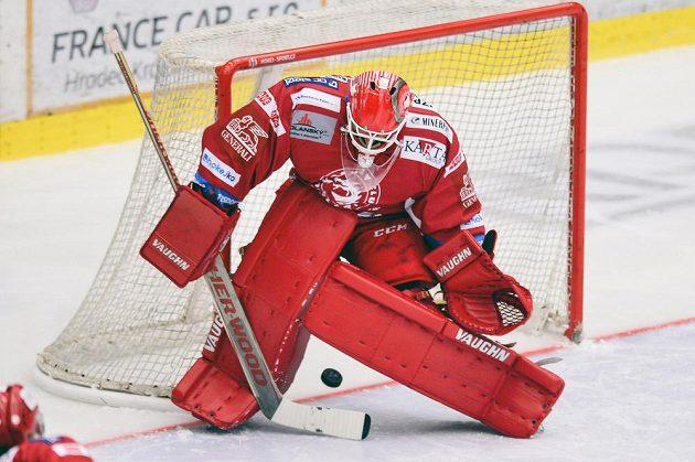 Třinecký brankář Peter Hamerlík inkasuje gól v utkání na ledě Hradce.