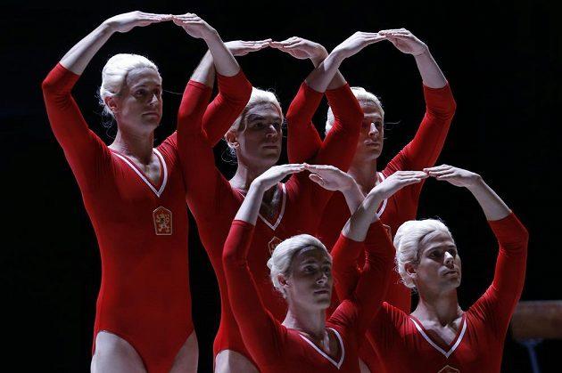 Baletní tanečníci při vzpomínce na Věru Čáslavskou v Národním divadle.