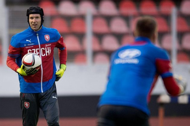 Brankáři Petr Čech a Tomáš Vaclík (zády) se chystají na závěrečné dva kvalifikační zápasy.