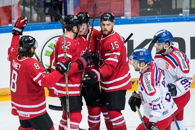 Kanadský útočník Ryan O´Reilly (čtvrtý zleva) slaví se spoluhráči gól proti Česku v přípravném utkání v O2 areně.