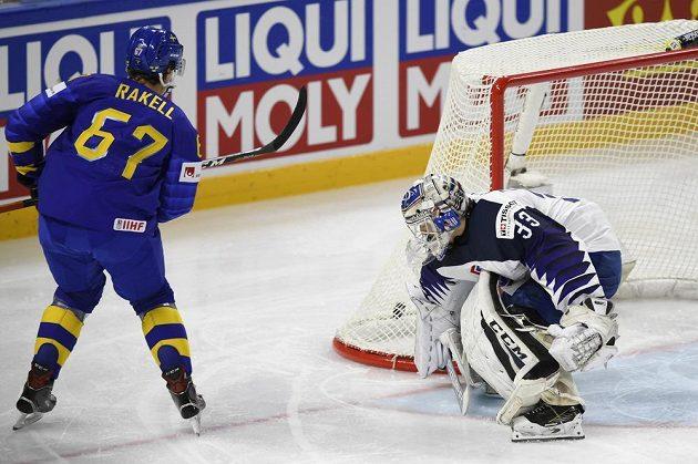 Rikard Rakell ze Švédska střílí první branku utkání s Francií na mistrovství světa.