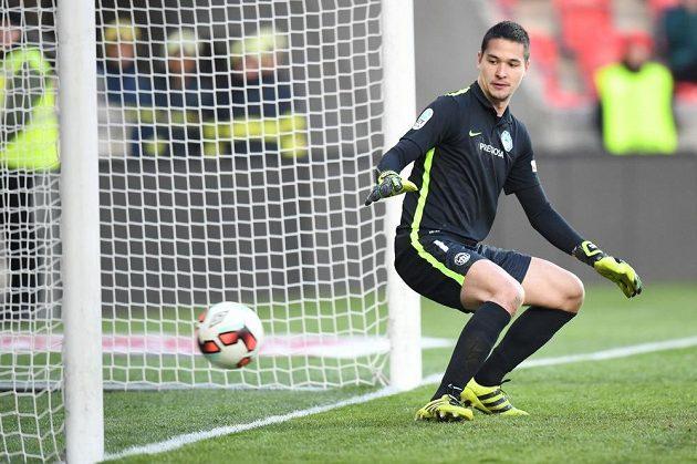 Liberecký brankář Filip Nguyen sleduje míč směřující do jeho sítě po střele slávisty Milana Škody.