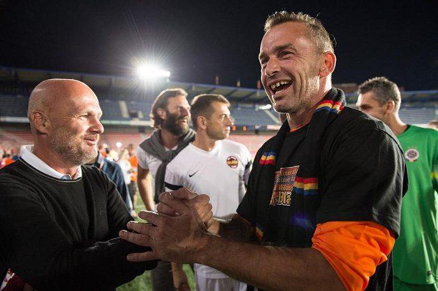 Jaromír Blažek (vpravo) a Michal Bílek během rozlučkového utkání někdejšího sparťanského brankáře.