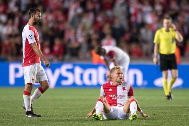 Zklamaní Mick van Buren (na zemi) a Josef Hušbauer ze Slavie po vyřazení v play off Ligy mistrů.