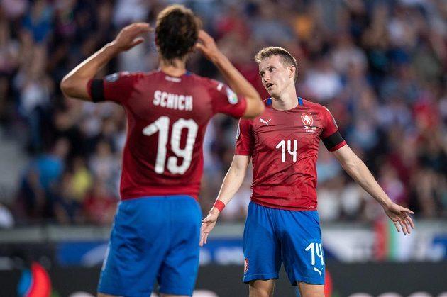 Český záložník Jakub Jankto (vpravo) vedle Patrika Schicka během utkání kvalifikace ME 2020 s Bulharskem v Praze na Letné.