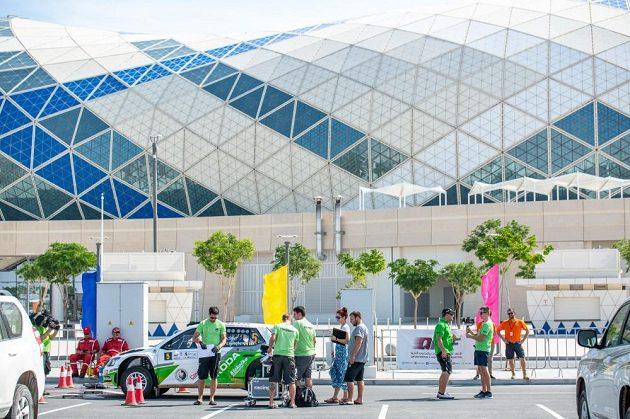Škoda Fabia R5 Vojtěch Štajfa před Lusail Arenou, kde se hrálo mistrovství světa v házené 2015 a zázemí zde během víkendu našla Katarská rallye.