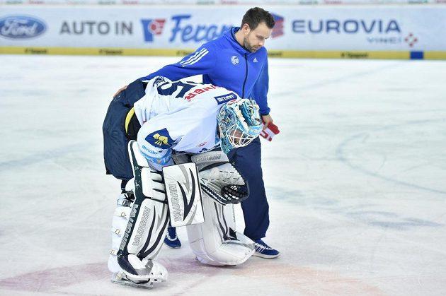 Zraněný liberecký brankář Ján Lašák opouští ledovou plochu při utkání se Spartou.