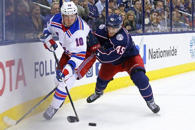 Lukáš Sedlák (vpravo) se v utkání s NY Rangers snaží odstavit od puku hostujícího J.T.Millera.