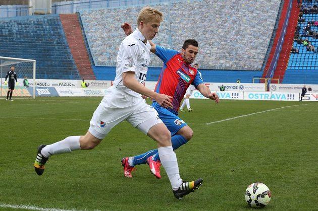 Fotbalista Michal Frydrych z Baníku (vlevo) v souboji s Aidinem Mahmutovičem.