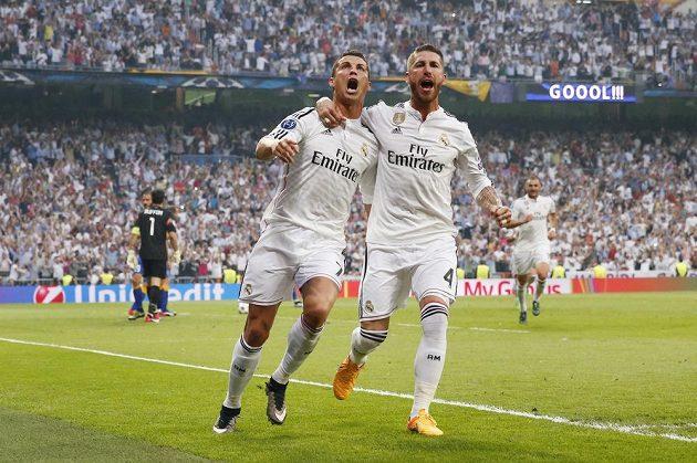 Cristiano Ronaldo (vlevo) a Sergio Ramos se radují z branky Portugalce proti Juventusu.