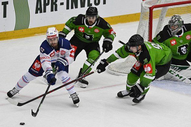Branku Mladé Boleslavi s Gašperem Krošeljem mezi tyčemi se snaží ohrozit Denis Malgin z Curychu.