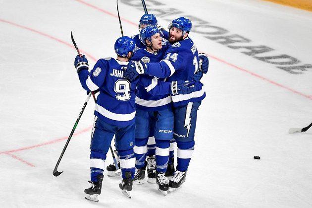 Hokejisté Tampy se radují z gólu proti Buffalu v utkání NHL ve Stockholmu.